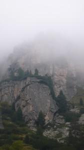 Стръмни скали откъм Зелени рид строго следяха нашия ход, забулени в мъгли...