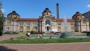 Хубавата ни реставрирана градска баня и фонтанът, който тогава изпълняваше аналогични функции!