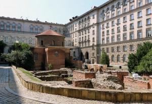 В двора на х-л Шератон и президентството се намира църквата Св. Георги (5 век). В нейния двор пък май гласяха шикозна сватба.