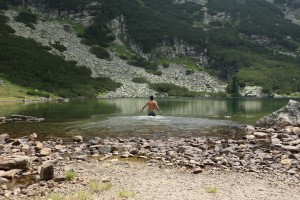 Къпането в Йончево езеро идва добре, ама в Страшното... Брррр, само за рекорда!