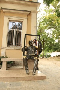 В Пловдив, стария град, пред и зад паметника на Цанко Лавренов.