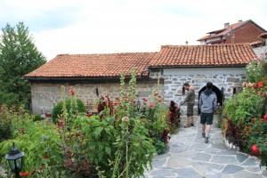 Църквата в Добърско впечатлява още с влизането в двора; китната градина веднага приковава вниманието.