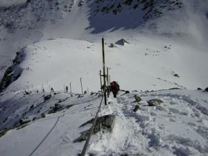 Изкачване от заслон Ледено езеро (пирамидата долу) към вр. Мусала по зимния път. Източник на изображението: wikimedia.org